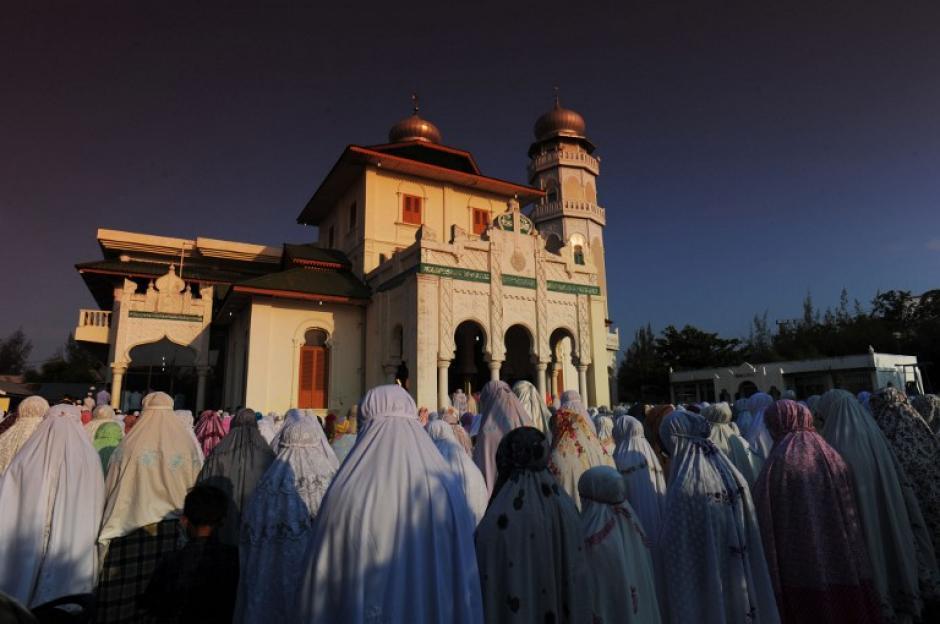 """La población de Aceh ofrece oraciones llamadas """" kusuf """", mientras que otros observan el eclipse solar, en la mezquita de Ulee Lheue en Banda Aceh. (Foto: AFP)"""