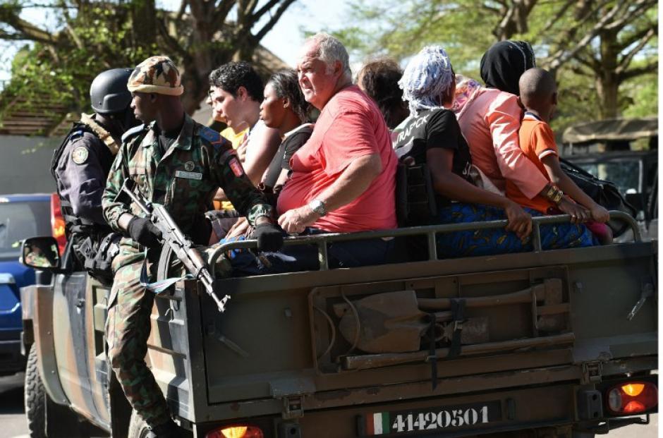 Un convoy del ejército evacuó a los visitantes del centro turístico. (Foto: AFP)