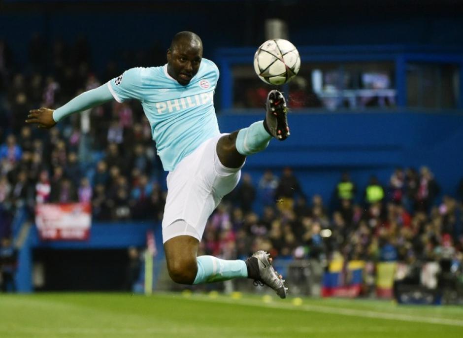 Acción de Jetro Willems del PSV durante el juego. (Foto: AFP)