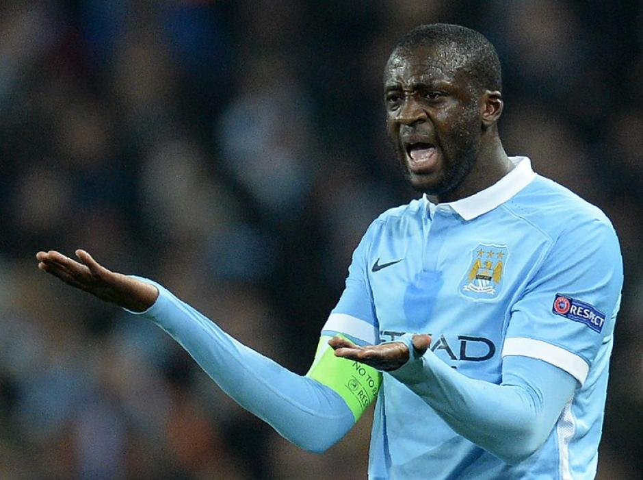 Yaya Toure  del Manchester, reclama al portero Joe Hart. (Foto: AFP)