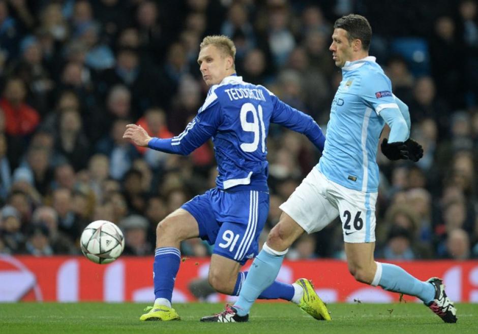 Martin Demichelis del Manchester gana un balón a Lukasz Teodorczyk. (Foto: AFP)