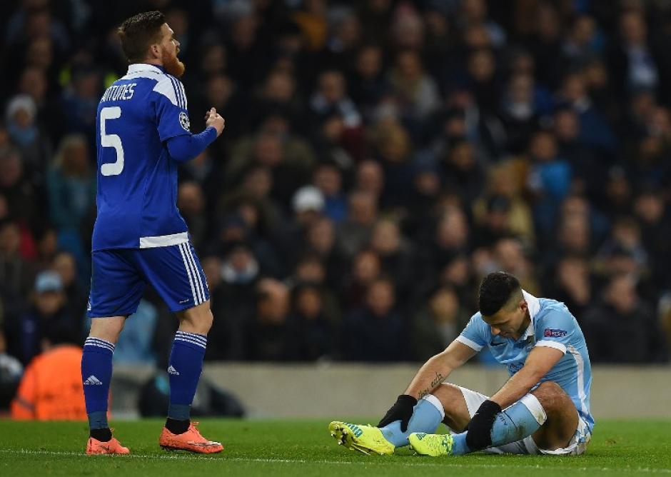 Sergio Agüero (derecha), lamenta un mal disparo a la portería del Dinamo. (Foto: AFP)