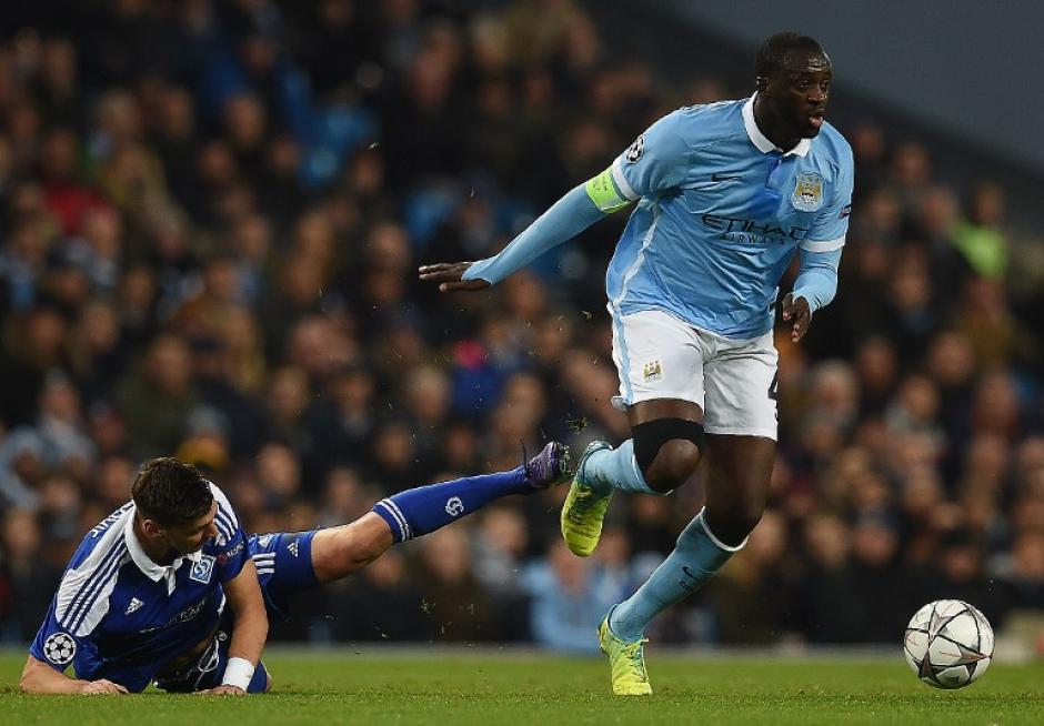 Yaya Touré esquiva una jugada de Aleksandar Dragovic. (Foto: AFP)