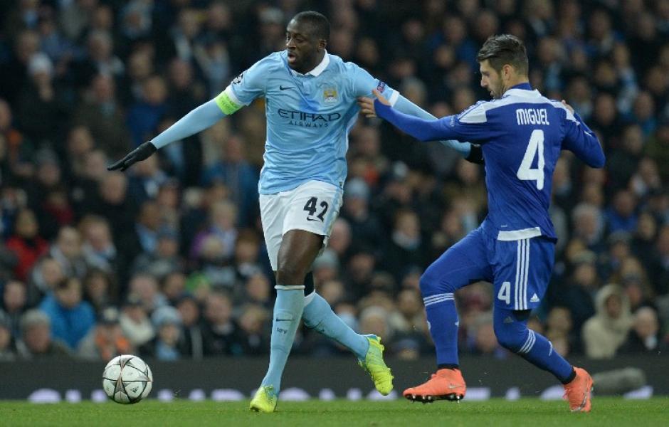 Yaya Touré (izquierda), disputa el balón con Miguel Veloso del Dinamo. (Foto: AFP)