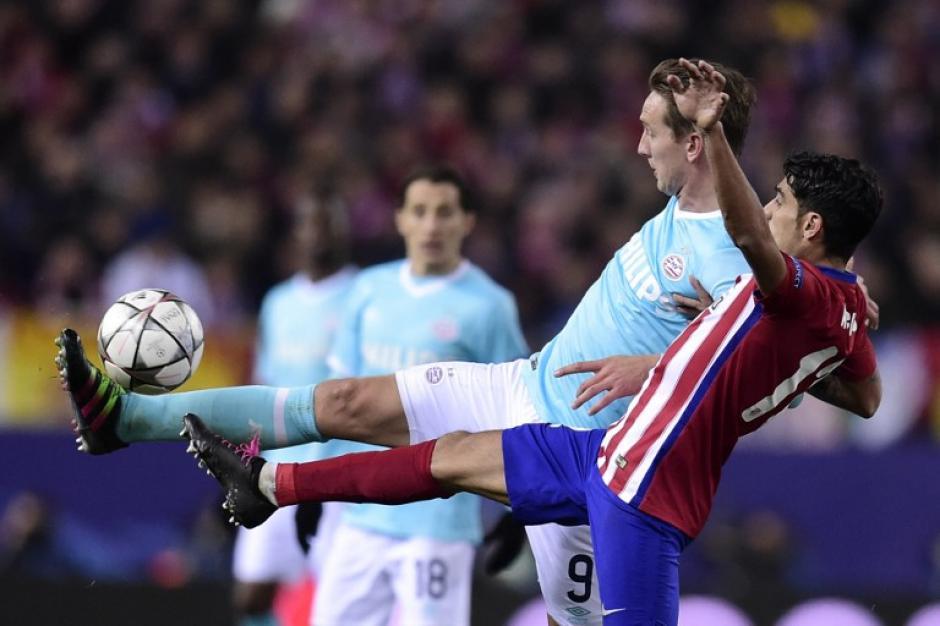 Luuk De Jong (fondo), disputa el balón con Augusto Fernández del Atlético. (Foto: AFP)