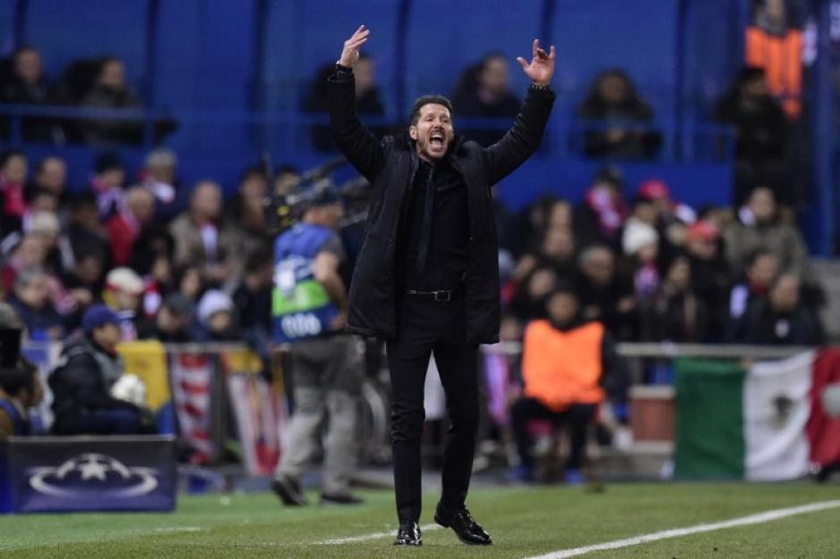 El Técnico del Atlético Diego Simeone, da instrucciones a su plantilla. (Foto: AFP)