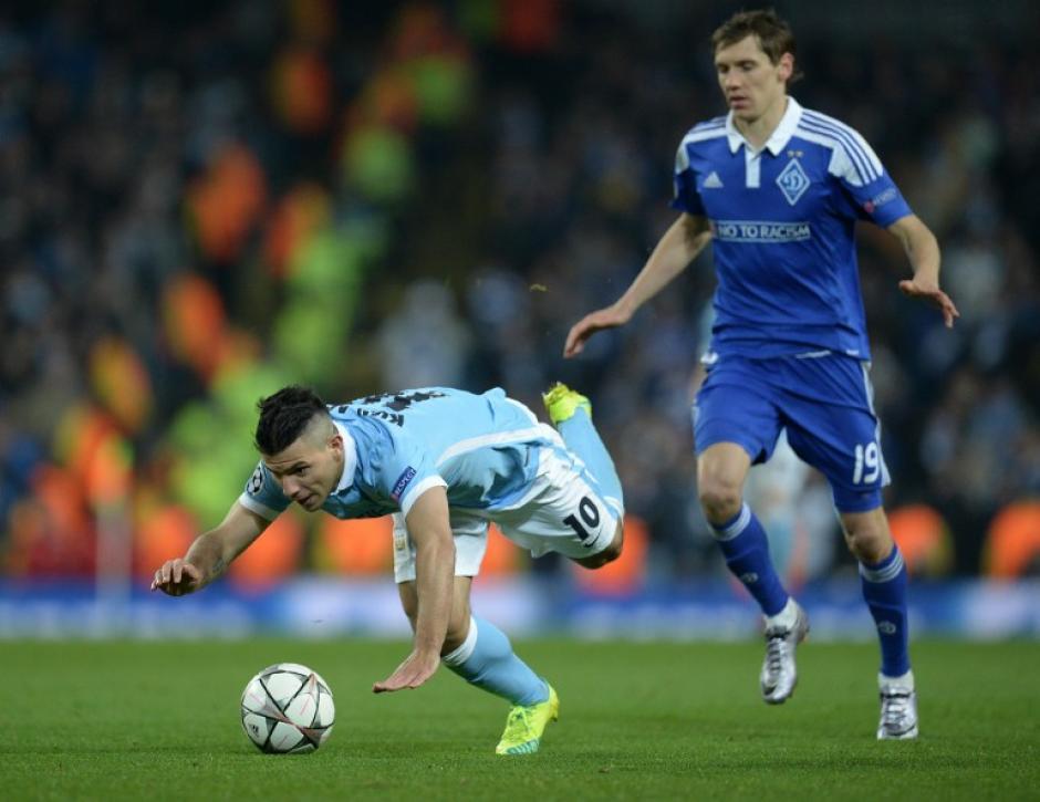 Denys Garmash comete falta sobre Sergio Agüero del Manchester. (Foto: AFP)
