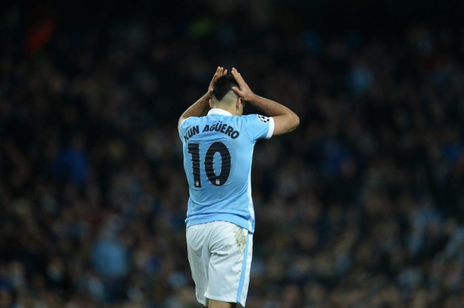 Sergio Agüero del Manchester, lamenta que su jugada no haya terminado en gol. (Foto: AFP)