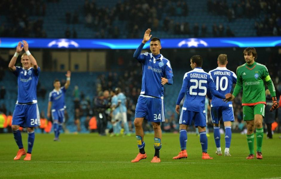 Yevhen Khacheridi del Dinamo, saluda luego de finalizar el encuentro: (Foto: AFP)