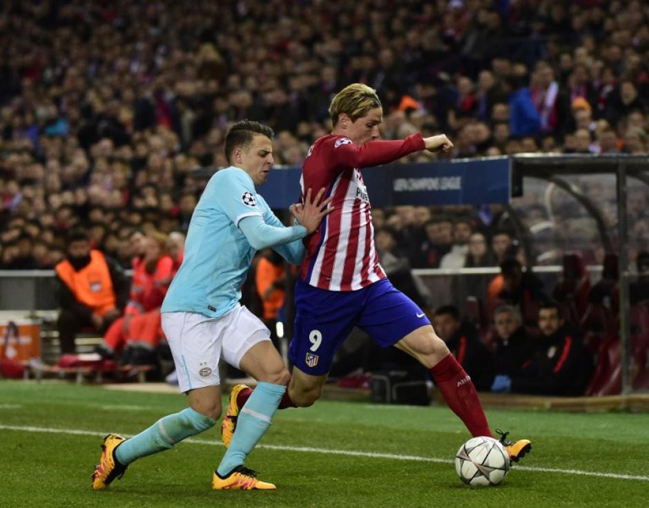 Marco van Ginkel del PSV persigue a Fernando Torres. (Foto: AFP)
