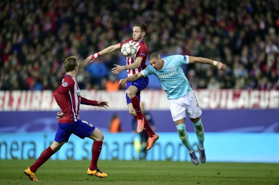 Jeffrey Bruma (celeste) del PSV disputa el balón. (Foto: AFP)