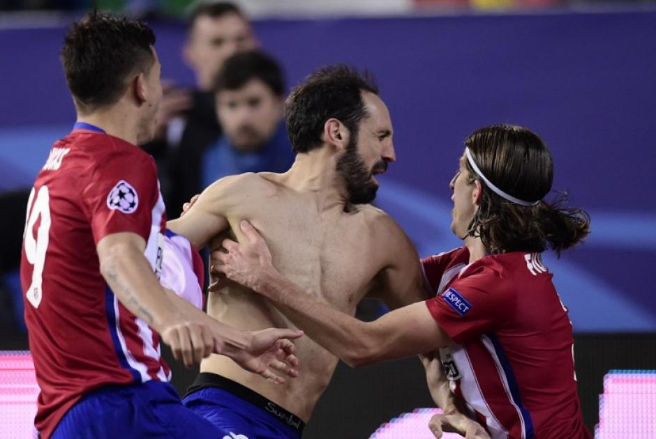 Juanfran (centro) durante la celebración del Atlético de Madrid. (Foto: AFP)