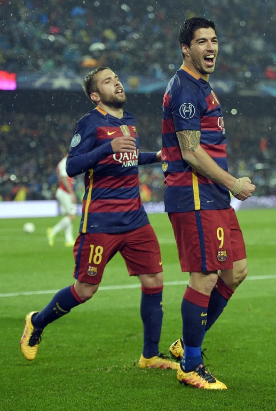 Suárez es felicitado por Jordi Alba luego de marcar. (Foto: AFP)