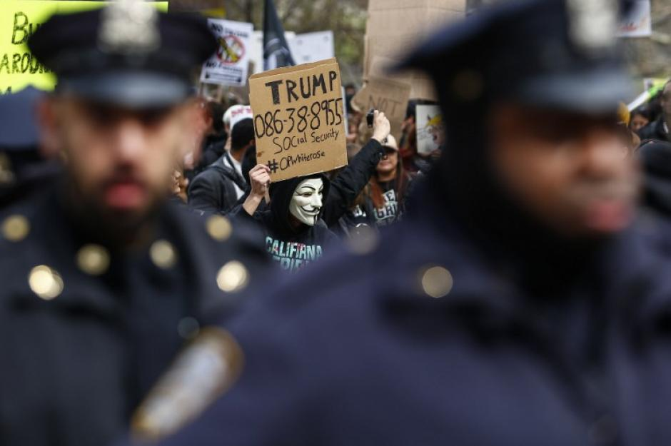La policia estuvo presente y realizó capturas de manifestantes. (Foto: AFP//KENA BETANCUR)