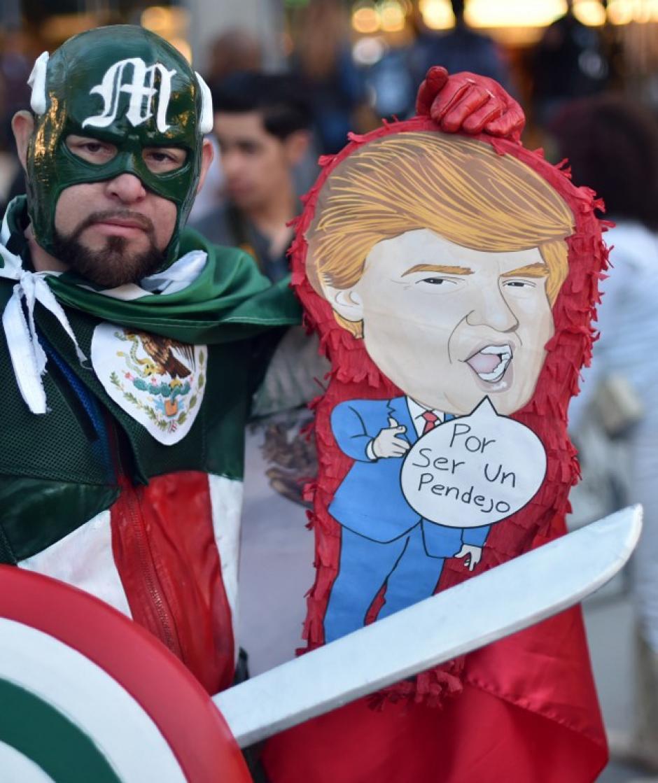 Algunos hispanos fueron más allá y expresaron su malestar contra Trump. (Foto: AFP//KENA BETANCUR)