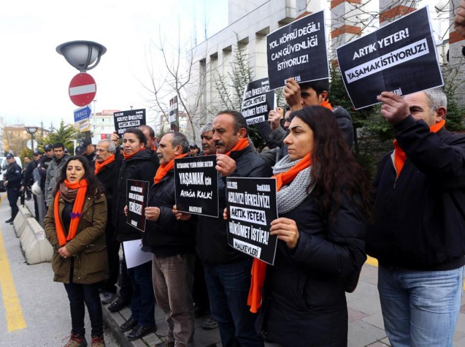 Decenas de turcos salieron a las calles a manifestar para que acaben los atentados. (Foto: AFP)