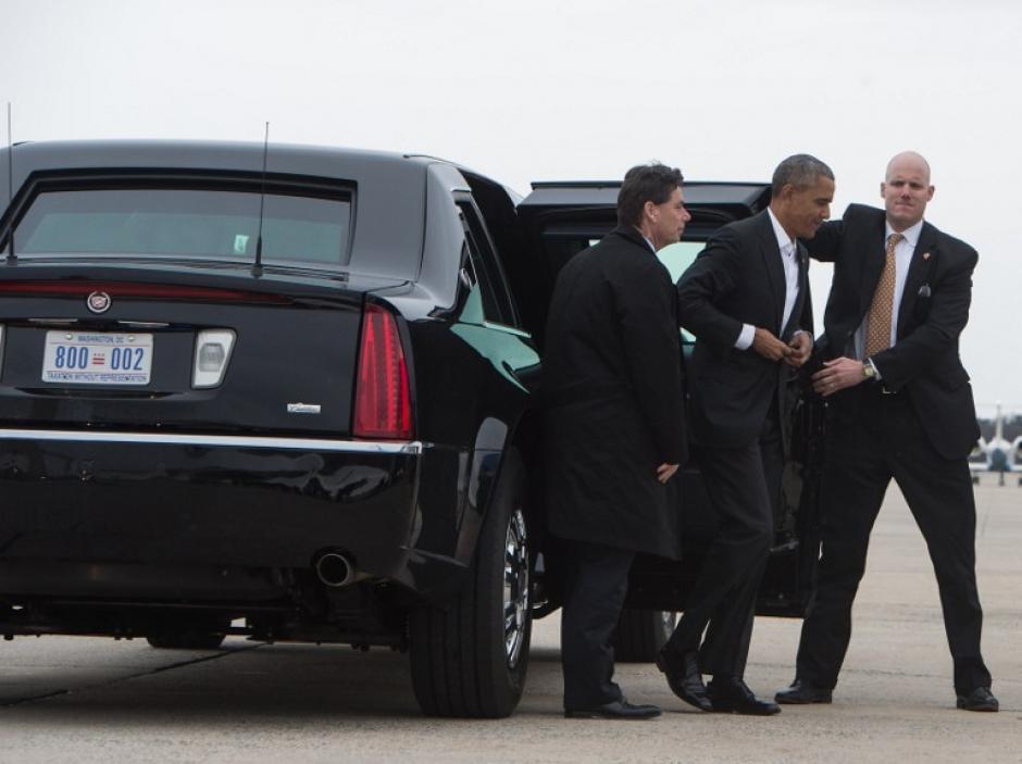 El Servicio Secreto acompaña a Obama mientras aborda el avión que lo lleva a la Isla. (Foto: AFP)
