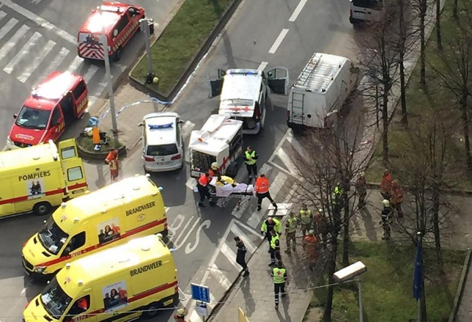 Caos en la ciudad de Bruselas, tras sufrir dos ataques terroristas, uno de ellos en el metro. (Foto: AFP)