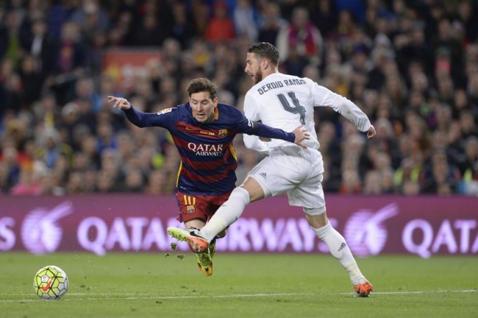 Una de las polémicas del partido, falta de Sergio Ramos contra Messi no cobrada por el árbitro.  (Foto: AFP)