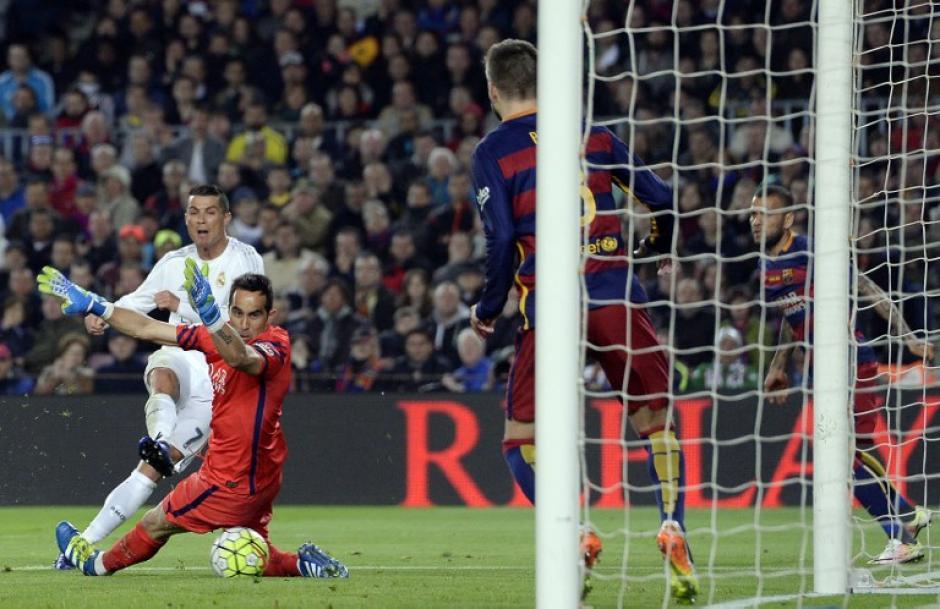 El remate de Cristiano Ronaldo para el segundo de Real Madrid ante Barcelona.  (Foto: AFP)