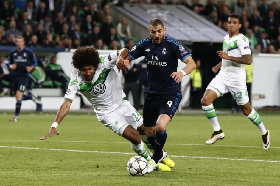 El delantero francés, Karim Benzema, abandonó el terreno de juego por lesión. (Foto: AFP)
