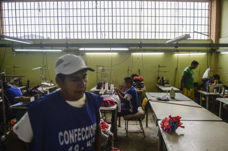 Las prendas las confeccionan 30 internos en las prisiones limeñas San Pedro (varones) y Santa Mónica (mujeres). (Foto: AFP)