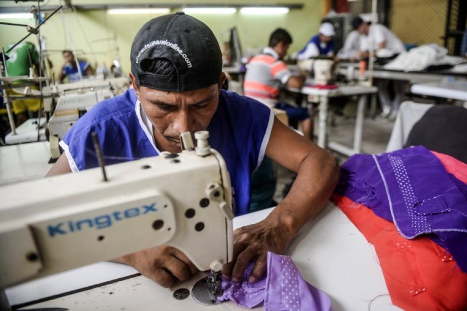 Jacob hace los diseños y los presos confeccionan la ropa. (Foto: AFP)