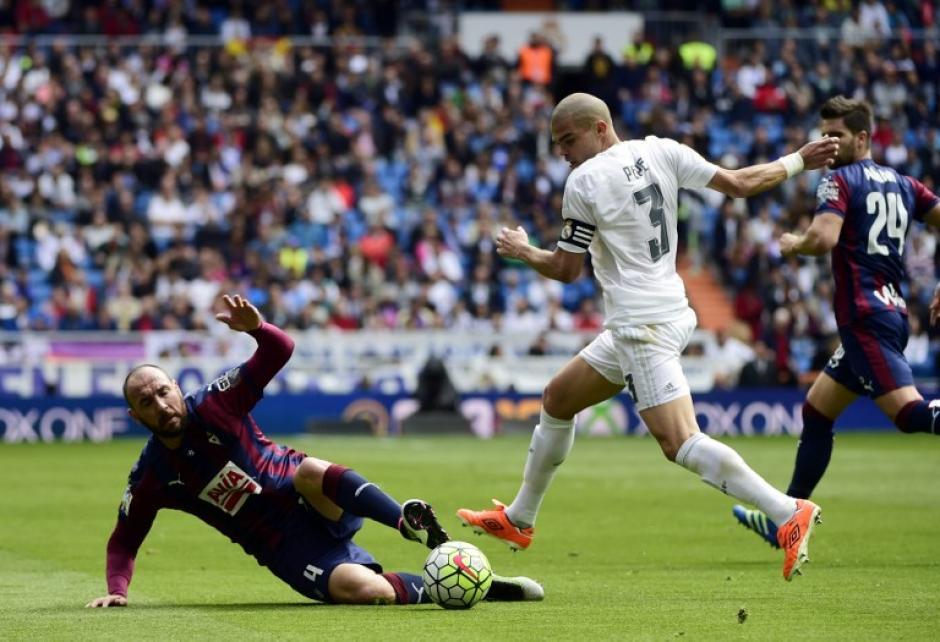 Pepe fue el capitán del Real Madrid ante la ausencia de Sergio Ramos. (Foto: AFP)