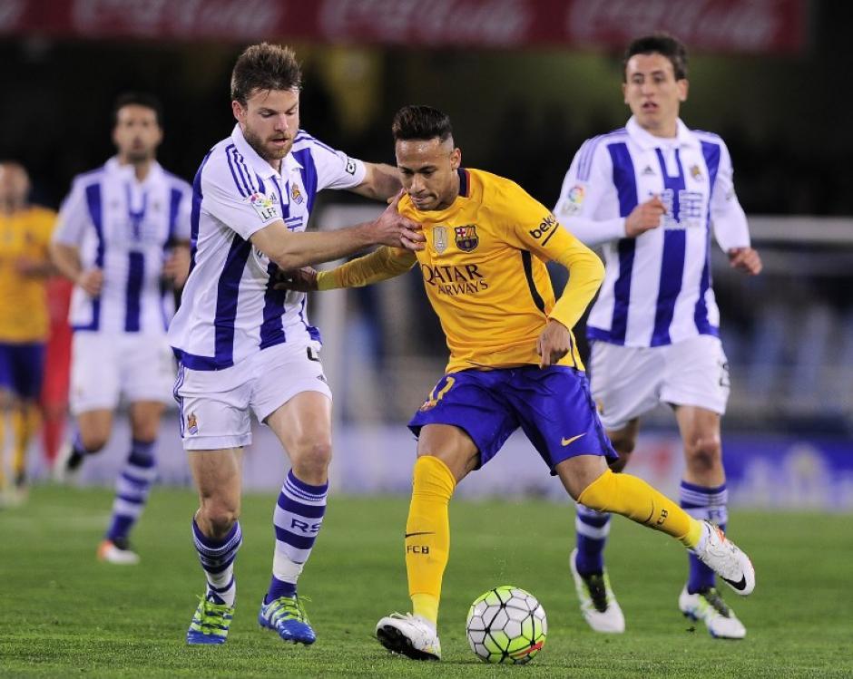 Neymar también buscó, pero no pudo superar la defensa del Real Sociedad.  (Foto: AFP)