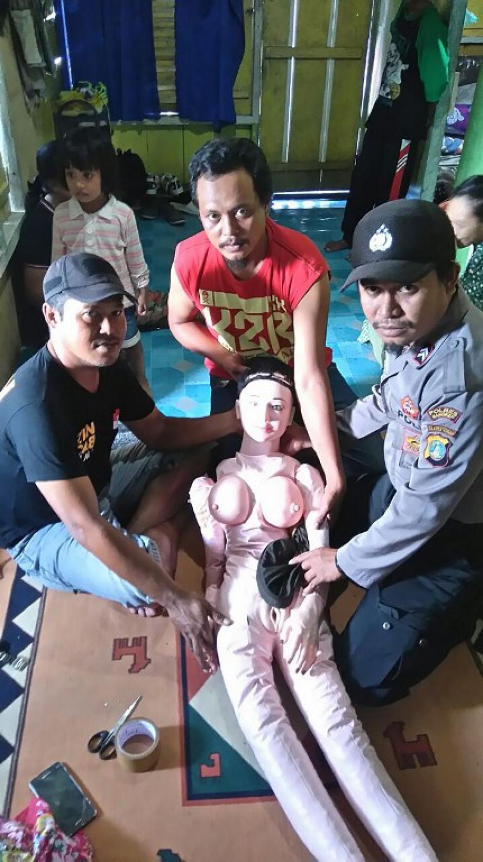 """Familiares y vecinos llegaron a ver al """"ángel"""" que habían encontrado en el mar. (Foto: AFP)"""