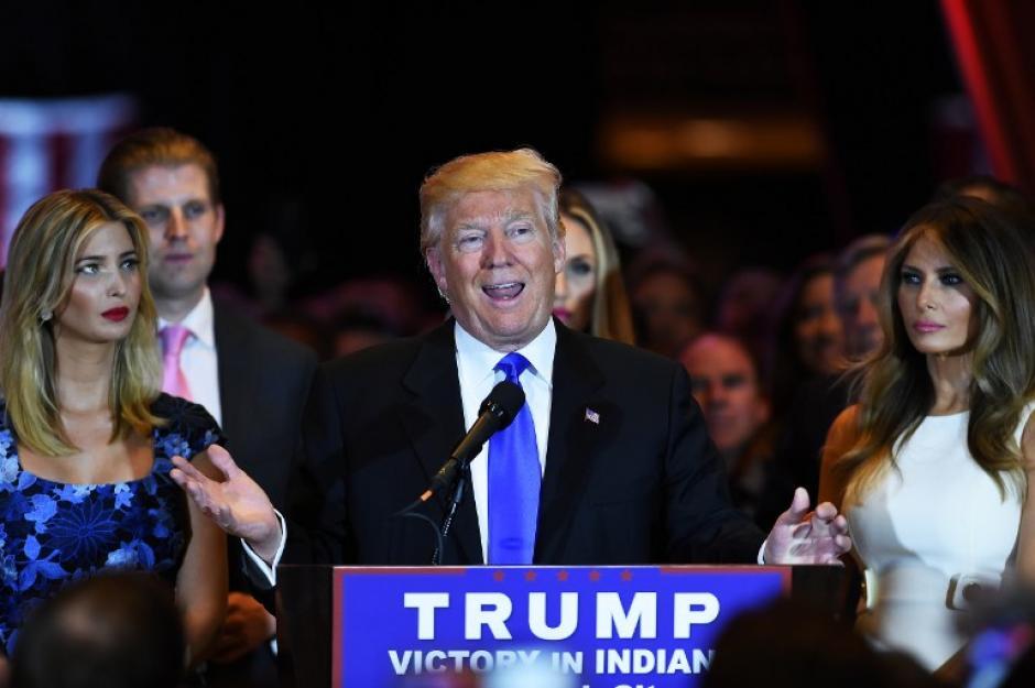 Donald Trump no puede ocultar su felicidad al conocer la noticia de la renuncia de Ted Cruz. (Foto: AFP)