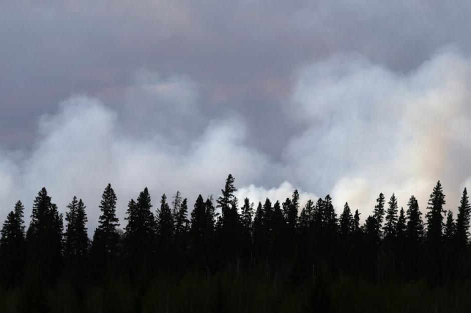 En el día así se observan las columnas de humo. (Foto: AFP)