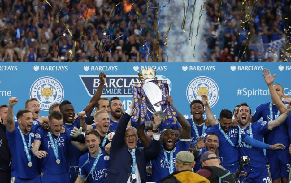 Leicester festejó su primer título tras 123 años de historia en el fútbol de Inglaterra. (Foto: AFP)