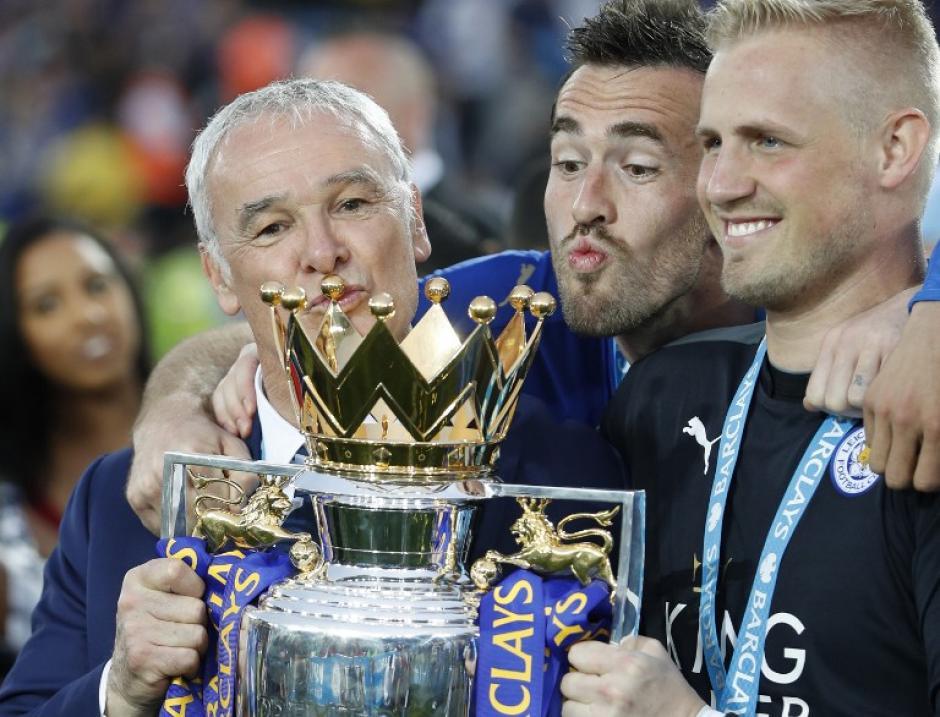 Ranieri levantó la copa, uno de los artífices del éxito de Leicester. (Foto: AFP)