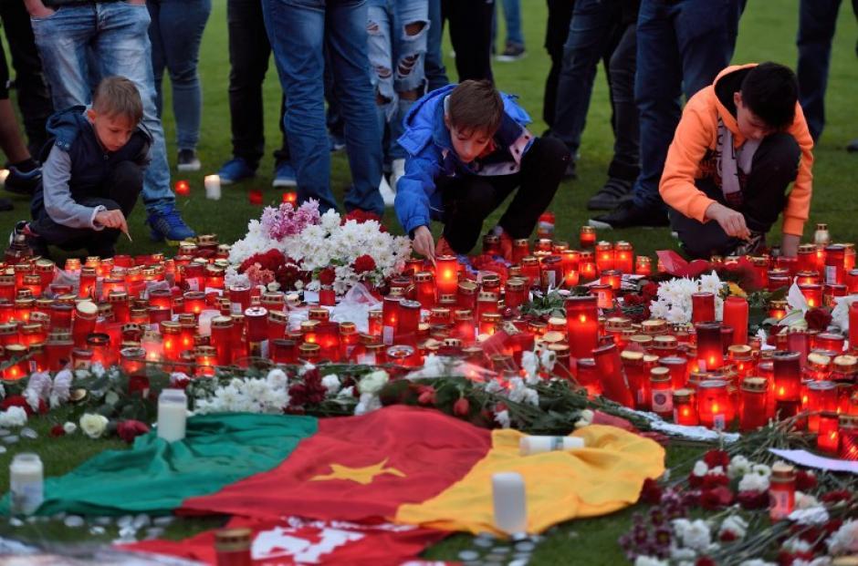 Los presentes en el homenaje a Patrick Ekeng formaron un número 14 con flores y velas. (Foto: AFP)