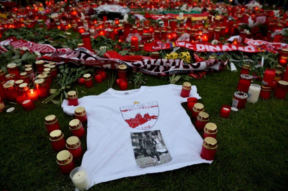 Camisetas, flores y velas en el homenaje a Patrick Ekeng. (Foto: AFP)
