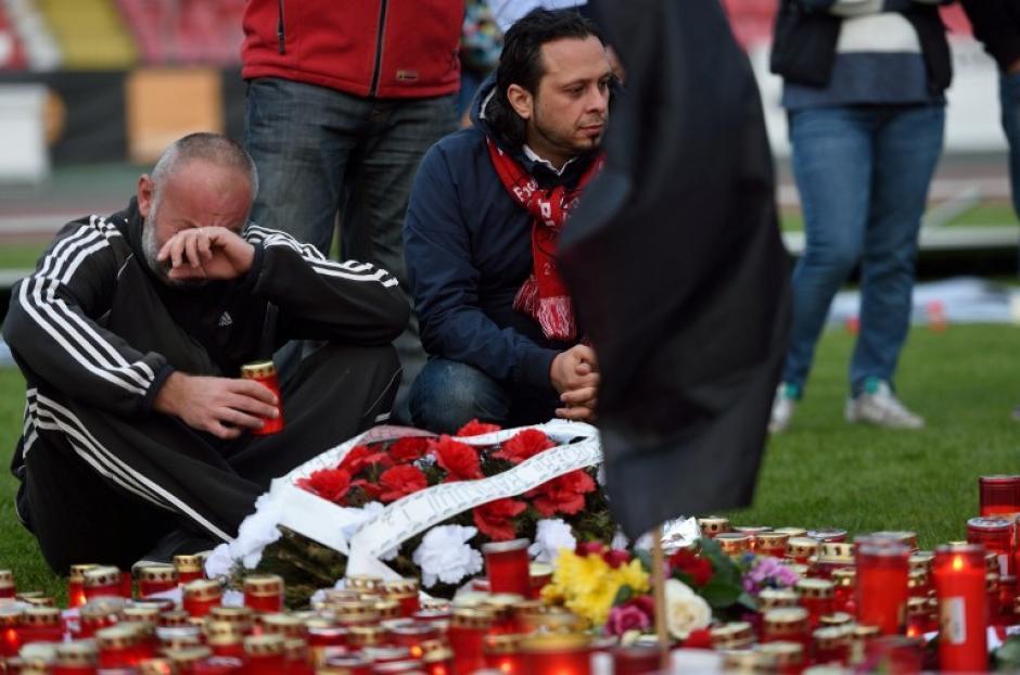 Aficionados y amigos de Patrick Ekeng le rinden homenaje en el lugar donde falleció. (Foto: AFP)