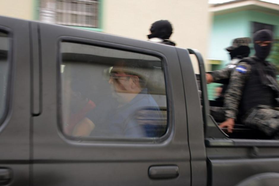 Los sospechosos son transportados en un vehículo custodiado. (Foto: AFP)