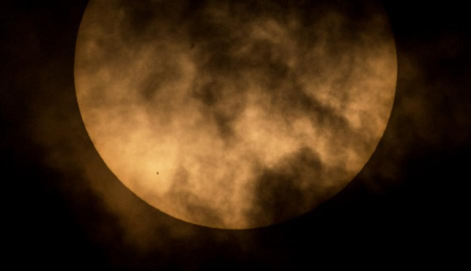 El fenómeno debía verse con telescopios provistos de filtros solares. (Foto: AFP)