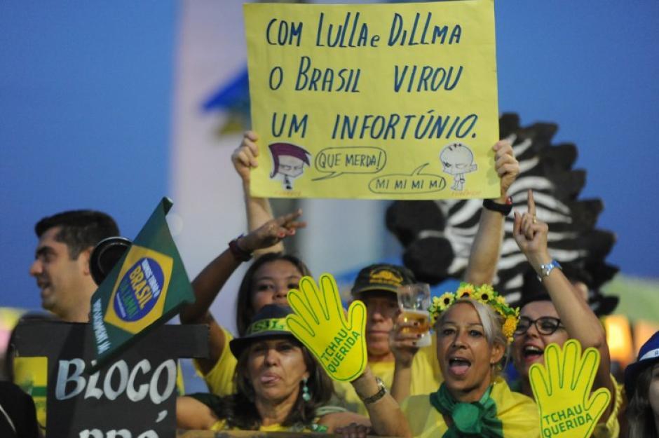 Afuera del parlamento brasileño, cientos de manifestantes a favor y en contra de Rousseff. (Foto: AFP)