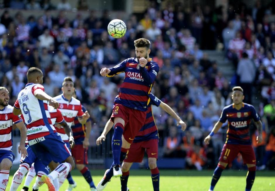 Piqué intentó de balón detenido. Barcelona le gana a Granada. (Foto: AFP)