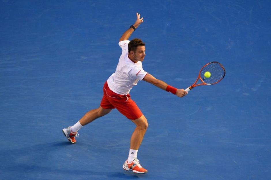El suizo Stanislas Wawrinka juega un tiro durante partido de individuales de sus hombres contra el serbio Novak Djokovic de donde salió ganador. AFP/WILLIAM WEST