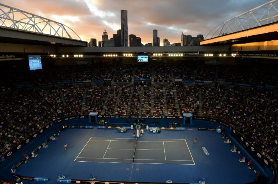 Novak Djokovic de Serbia (R) desempeña un tiro durante el partido contra el suizo Stanislas Wawrinka en el torneo abierto de tenis de Australia en Melbourne, del que se despidio luego de un juego de 5 sets. AFP/PAUL CROCK