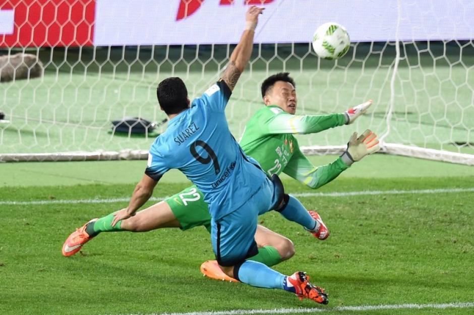 Un triplete de Luis Suárez le dio al Barcelona el pase a la final del Mundial de Clubes. (Foto: AFP)