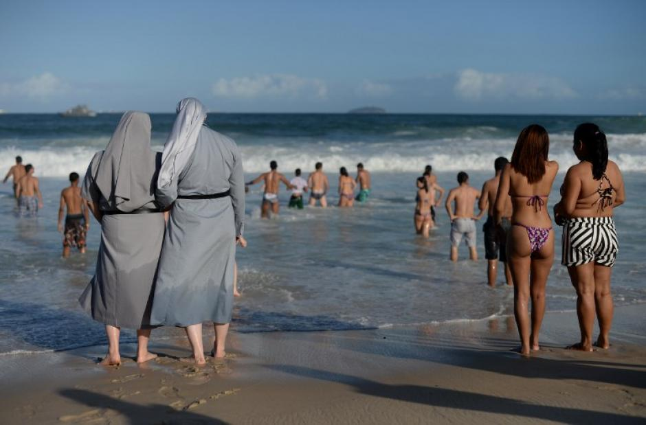 Dos monjas polacas observan el mar, mientras cientos de miles de peregrinos católicos jóvenes asisten a la Jornada Mundial de la Juventud en la playa de Copacabana.(Foto: AFP/YASUYOSHI CHIBA)