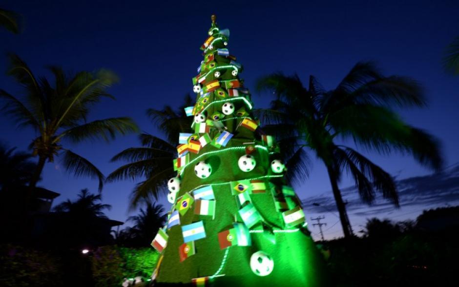Afuera de la sede del sorteo mundialista hay un árbol navideño con las banderas de los participantes. (AFP)