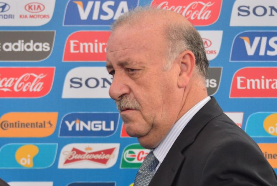 Vicente del Bosque entrenador de la selección campeona España, arriba a la sede donde se realizará el sorte del mundial. (AFP)