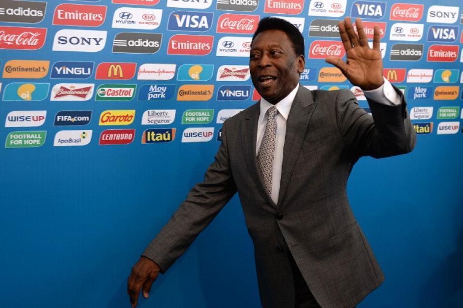 El rey Pelé arriba al sorteo mundialista para presenciar en que grupo quedará Brasil. (AFP)