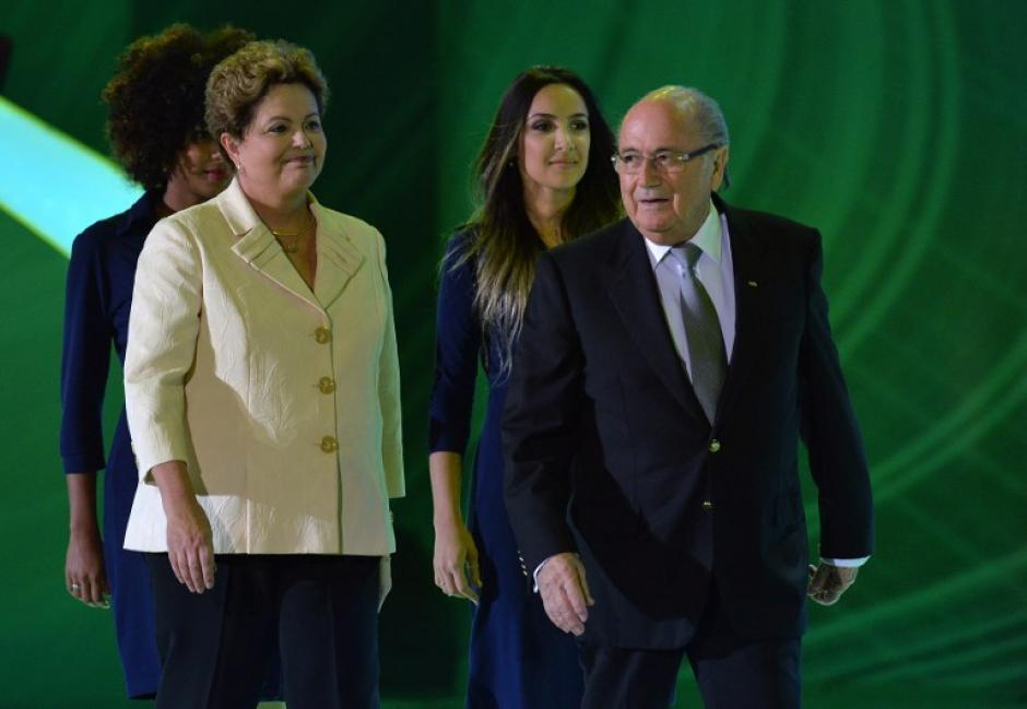 La Presidenta de Brasil, Dilma Rousseff y el Presidente de la FIFA, Joseph Blatter, llegan en el escenario durante el sorteo final de la Copa Mundial de la FIFA Brasil 2014. (Foto: AFP)