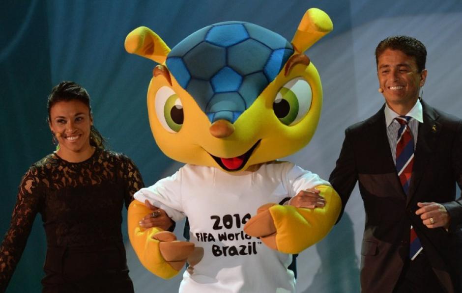 Fuleco, el armadillo, es presentado en el sorteo de los grupos del Mundial de Fútbol, por las conocidas figuras futbolísticas brasileñas Bebeto y Marta. Foto AFP